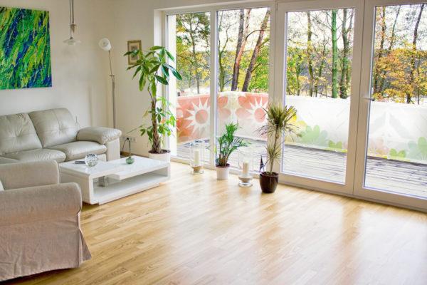 Prostorný byt s krásným výhledem a balkonovou zástěnou na balkoně
